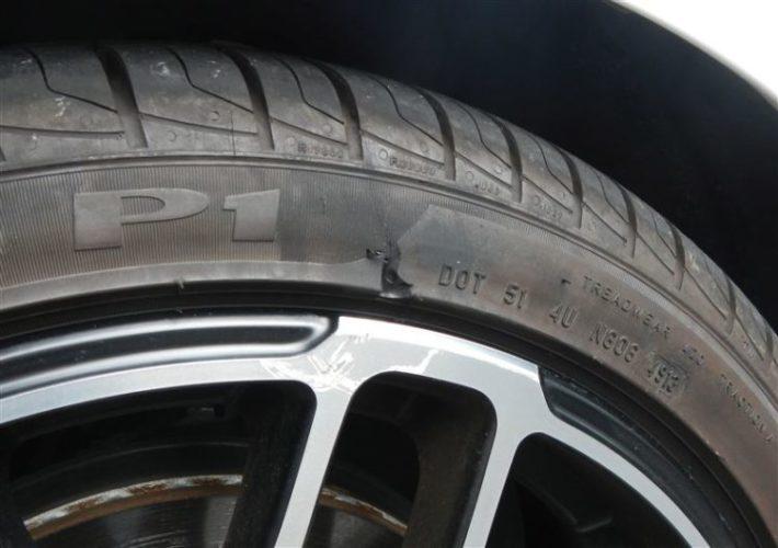 側面に傷のある中古タイヤ
