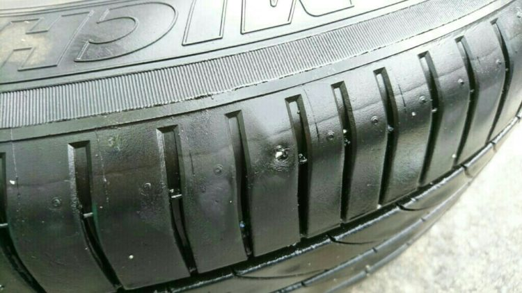 パンク修理跡のある中古タイヤ
